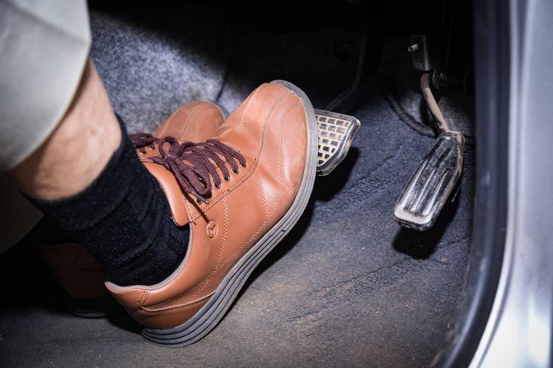 かかとを床につけるか浮かせるか。ブレーキの正しい踏み方はどっち?